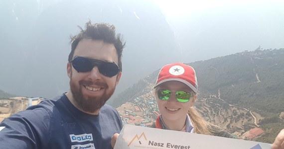 """Najmłodsza Polka zdobywająca Mount Everest - Sylwia Bajek oraz Szczepan Brzeski kończący tym szczytem swoją Koronę Ziemi, podczas swojej wyprawy wspierają budowanie świadomości o objawach choroby Pompego. W Polsce pacjenci z tym schorzeniem na diagnozę czekają nawet 8 lat. Akcja towarzyszy kampanii """"Nasz Everest""""."""