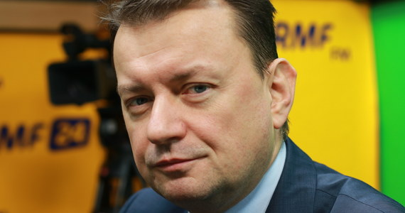 """""""Przyjmowanie uchodźców zaprowadzi Polskę do katastrofy społecznej"""" – powiedział Gość Krzysztofa Ziemca w RMF FM szef MSWiA Mariusz Błaszczak. """"Zobaczmy, co dzieje się na zachodzie Europy. Kilkadziesiąt lat temu małe społeczności muzułmańskie, dziś bardzo silne, nie przyjmują praw jakie obowiązują w tych państwach, a co więcej - narzucają swoje prawa"""" – tłumaczy. """"Propozycja Donalda Tuska i Grzegorza Schetyny sprowadza się do przeniesienia problemu z uchodźcami - jaki jest w Grecji, we Włoszech, we Francji, w Belgii - do Polski. Donald Tusk i Grzegorz Schetyna chcą przenieść te problemy do Polski. Gdyby oni rządzili, to te problemy byłyby już w Polsce. Na szczęście nie rządzą, więc Polska jest krajem bezpiecznym"""" – dodał minister. """"Mam nadzieję, że wygra rozsądek, mimo że w Unii Europejskiej mamy religię multi-kulti i poprawności politycznej. Ta religia kończy się katastrofą, kończy się zamachami terrorystycznymi"""" – powiedział. O """"kangurze"""" w Straży Granicznej, czyli komendancie Marku Łapińskim, powiedział, że zasłużył na te awans, a krytykują go jedynie """"zawistnicy""""."""