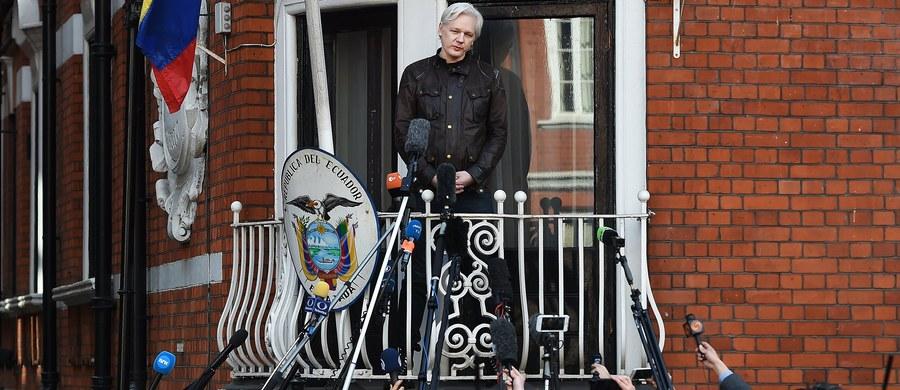 """Szwedzka prokuratura poinformowała o umorzeniu dochodzenia wobec założyciela demaskatorskiego portalu WikiLeaks Juliana Assange'a. Brytyjska policja zapowiedziała, że i tak go zatrzyma, jeśli opuści ambasadę Ekwadoru w Londynie, gdzie się ukrywa. Assange napisał na Twitterze, że """"nie zapomni ani nie wybaczy"""" tego, że od siedmiu lat jest ścigany, z czego pięć lat spędził zamknięty w ambasadzie Ekwadoru."""