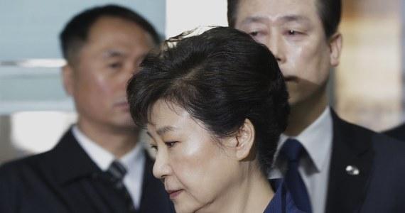 Setki osób szturmowały sąd w centrum Seulu, by wziąć udział w losowaniu wejściówek na pierwszą rozprawę byłej prezydent Park Geun Hie przewidzianą na wtorek. Sąd przydzielił 68 miejsc dla chętnych do obejrzenia rozprawy osobiście.
