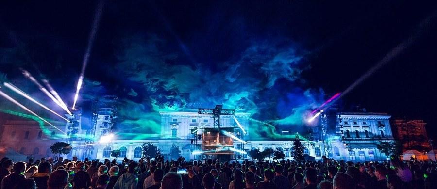 """Warsztaty i panele w ramach 5. Forum Audiowizualnego, koncert Jeana-Michela Bernarda z cyklu """"Cinematic Piano"""", spotkanie publiczności z trzykrotnym laureatem Oscara i światowej sławy DJ-em Giorgiem Moroderem, wreszcie spektakularne, oszałamiające """"Dance2Cinema"""" w plenerze - tak różnorodnie i intensywnie spędziliśmy trzeci dzień jubileuszowego Festiwalu Muzyki Filmowej w Krakowie."""