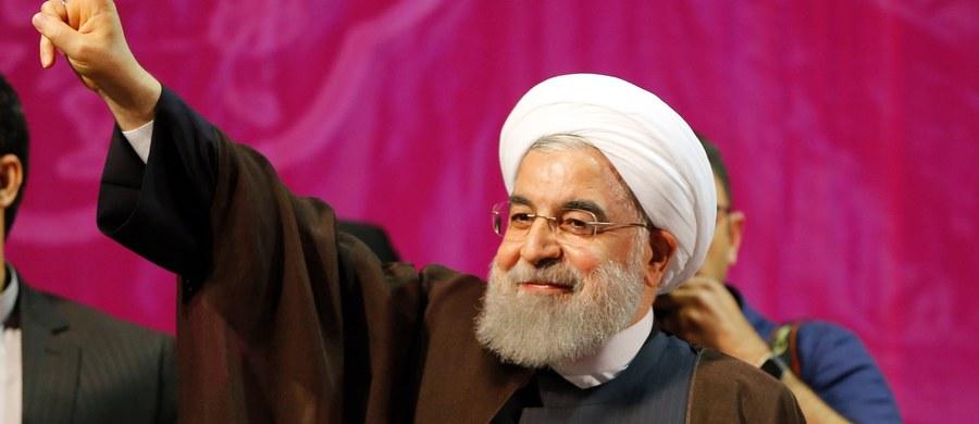 Na uznawanego za pragmatyka Rowhaniego zagłosowało 23,5 mln Irańczyków, a na Raisiego 15,8 mln - przekazał w telewizji państwowej szef MSW Abdulreza Rahmani Fazli. Wyjaśnił, że są to ostateczne wyniki, gdyż przeliczono już 99,7 proc. oddanych głosów.