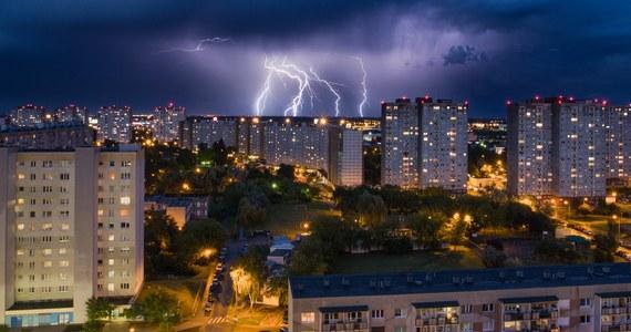 Instytut Meteorologii i Gospodarki Wodnej ostrzega przed załamaniem pogody. Na pasie od Ziemi Łódzkiej po Małopolskę i Śląsk mogą wystąpić gwałtowne burze.