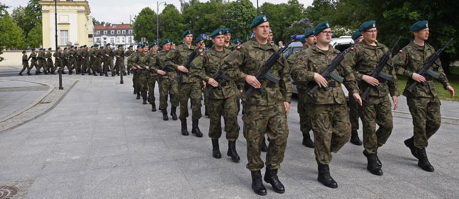 Pierwsza w kraju grupa żołnierzy Wojsk Obrony Terytorialnej (WOT) złożyła przysięgę w Białymstoku. Kolejne podobne uroczystości, jeszcze tego dnia, odbędą się w Lublinie i Rzeszowie; w sumie przysięgę złoży około czterystu ochotników.