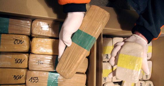 Bułgarscy celnicy przejęli rekordową w ostatnich latach partię 423,2 kg heroiny o wartości 36,5 mln euro - poinformowały bułgarskie władze. Według prokuratora naczelnego Sotira Cacarowa to największa ilość narkotyku przejęta w jednym pojeździe.