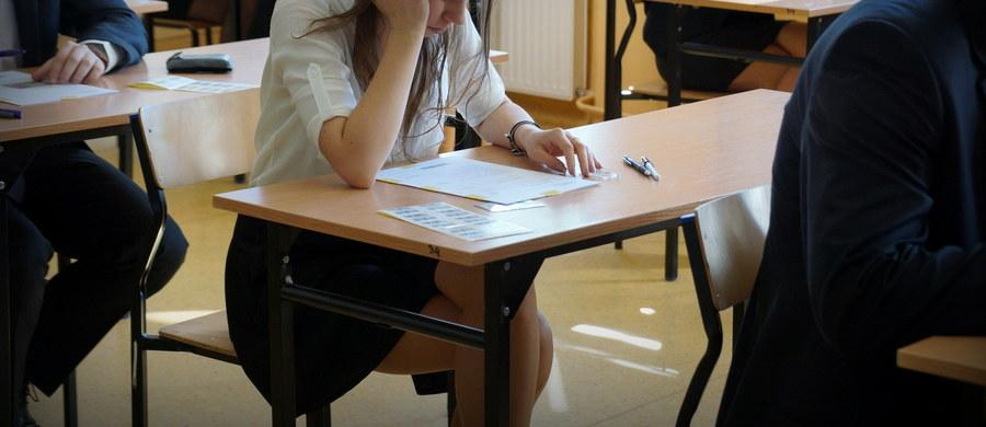 Maturzyści przystąpili dziś po godzinie 9. do pisemnego egzaminu z języka hiszpańskiego na poziomie podstawowym. Egzamin pisemny na poziomie podstawowym z wybranego języka obcego nowożytnego jest jednym z obowiązkowych egzaminów na maturze. Po południu zostanie przeprowadzony egzamin z hiszpańskiego na poziomie rozszerzonym.