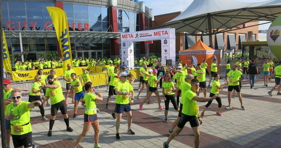 Przed każdym biegaczem wyjątkowa okazja. Zostań częścią historii startując w pierwszym maratonie, którego finisz zaplanowany został w tym roku na bieżni Stadionu Śląskiego! Przed największym w Polsce stadionem lekkoatletycznym wiele wydarzeń sportowych, ale wszyscy zapamiętamy pierwszy bieg maratoński,  który będzie też pierwszym wydarzeniem lekkoatletycznym na nowym obiekcie.