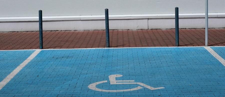 Z krakowskich ulic znikają miejsca parkingowe dla niepełnosprawnych! To skutek decyzji wojewody małopolskiego, który zakwestionował reguł ustalone przez Zarząd Infrastruktury Komunalnej i Transportu. Według wojewody miejska jednostka wyznaczając miejsca parkingowe, nie pozostawiała wystarczająco dużo miejsca dla pieszych.