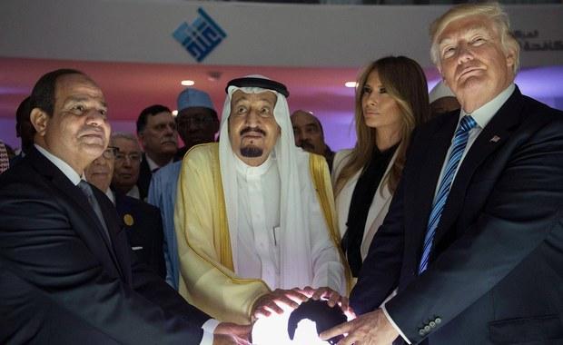 Prezydent USA Donald Trump zmienił priorytety polityki Waszyngtonu wobec Bliskiego Wschodu, przedkładając współpracę państw regionu w walce z terroryzmem nad promowanie demokracji i nacisk na poszanowanie praw człowieka - podkreślają w poniedziałek amerykańskie media.