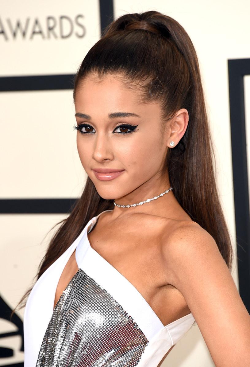 Co najmniej 22 osób zginęło, a 59 zostało hospitalizowanych po zamachu terrorystycznym, do którego doszło w nocy z poniedziałku na wtorek przed halą widowiskową w Manchesterze, w północno-zachodniej Anglii, po koncercie amerykańskiej gwiazdy pop Ariany Grande. Gwiazdy muzyki są wstrząśnięte wydarzeniami. Za pośrednictwem mediów społecznościowych wyrażają solidarność z ofiarami ataku i Arianą Grande.