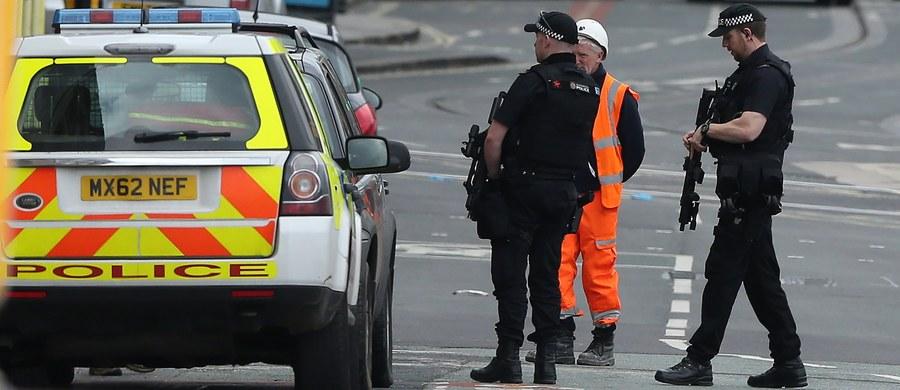 """Terroryści używają rozwiązań opisanych w internecie i na ich podstawie budują dziś ładunki wybuchowe – mówi w rozmowie z RMF FM Grzegorz Cieślak, ekspert ds. terroryzmu Collegium Civitas. Podkreśla, że jest za wcześnie, by wyrokować, kto stoi za atakiem bombowym podczas koncertu Ariany Grande w Manchesterze. """"W oczywisty sposób do głowy przychodzi myśl o działaniu """"solo terrorysty"""", czy jakieś grupy osób, które nawet luźno związane są z organizacją terrorystyczną, z tak zwanym światowym dżihadem"""" - dodaje Cieślak. Zginęły w nim 22 osoby, a blisko 60 zostało ranny. Zdecydowana większość z nich to dzieci i młodzież – fani amerykańskiej gwiazdy muzyki pop."""