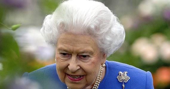 Królowa Elżbieta II złożyła kondolencje bliskim ofiar poniedziałkowego zamachu terrorystycznego w Manchesterze i podkreśliła, że Brytyjczycy są wstrząśnięci tym aktem terroru. W ataku zginęły co najmniej 22 osoby, a blisko 60 odniosło obrażenia.