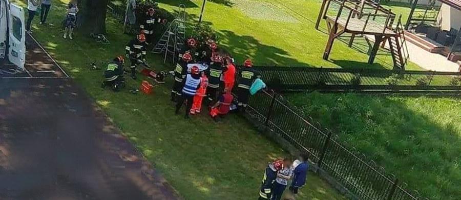 Dziecko ranne w wypadku w Zatorze w Małopolsce. 13-latek podczas przechodzenia przez płot koło szkoły wbił sobie metalowy pręt w udo. Informację o tym zdarzeniu dostaliśmy na Gorącą Linię RMF FM.