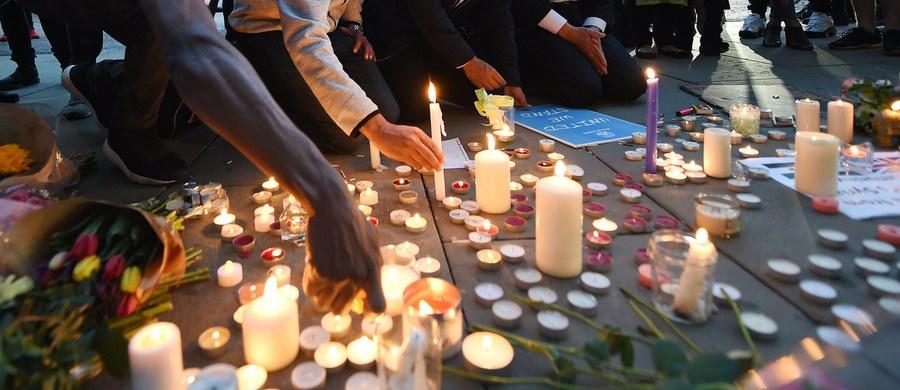 """W zamachu w Manchesterze zginęło polskie małżeństwo – poinformował reportera RMF FM szef MSZ Witold Waszczykowski. Para była poszukiwana przez ich córkę Alex. """"Wiemy o nich niewiele - to rodzice dzieci, które uczestniczyły w koncercie"""" – powiedział minister Waszczykowski w rozmowie z dziennikarzami RMF FM. W ataku został ranny także Polak. Jest w szpitalu, gdzie przeszedł operację. """"Wszystko wskazuje na to, że będzie żył"""" - wyjaśnił szef polskiej dyplomacji."""