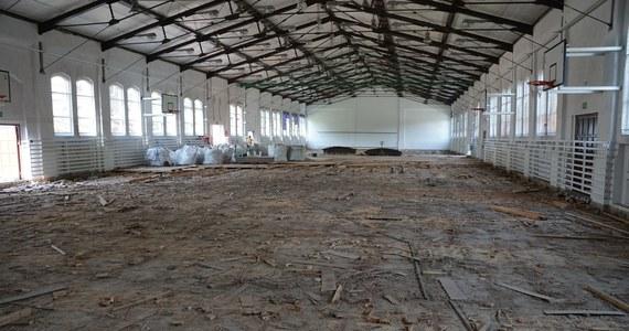Prawie 30 lat czekała na renowację. Zabytkowa hala sportowa przy ul. Narutowicza w Szczecinie w końcu przechodzi remontu wnętrza.