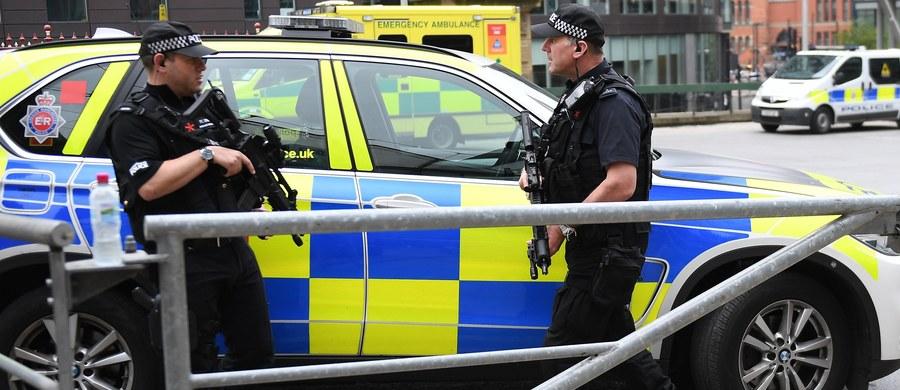 """Przed Pałacem Buckingham funkcjonariusze policji zatrzymali mężczyznę z nożem. Do zatrzymania doszło """"na chwilę"""" przed przejazdem limuzyny królowej Elżbiety II - informuje dziennik """"The Telegraph""""."""