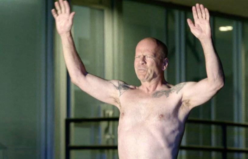"""Jeśli twój """"Szósty zmysł"""" szwankuje i naprawdę postanowisz ukraść psa gościowi ze """"Szklanej pułapki"""", to musisz być przygotowany na... prawdziwy """"Armageddon""""! Bruce Willis pokazuje nagie pośladki w zwiastunie komedii sensacyjnej """"Jak dogryźć mafii"""". W polskich kinach od 23 czerwca."""