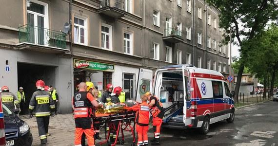 Zawalił się strop kamienicy przy ulicy Lubartowskiej 45 w Lublinie. Ratownicy wydobyli z gruzowiska przytomnego mężczyznę i sprawdzają z pomocą psów, czy pod gruzowiskiem nie znajduje się ktoś jeszcze. Akcja poszukiwawcza ma trwać nawet do czwartkowego wieczoru.