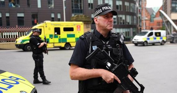 Brytyjska policja wstrzymała dzielenie się z władzami Stanów Zjednoczonych informacjami na temat śledztwa ws. zamachu terrorystycznego w Manchesterze. To konsekwencja przecieków do amerykańskich mediów z ostatnich dni, które rozgniewały rząd w Londynie – poinformowała stacja BBC. Nie wskazała źródła swych ustaleń. Premier Wielkiej Brytanii Theresa May podczas miniszczytu NATO zwróci się do prezydenta USA Donalda Trumpa o przestrzeganie tajemnicy śledztwa w sprawie zamachu. Brytyjski rząd i policja krytykowały przecieki o śledztwie pojawiające się w mediach w USA.