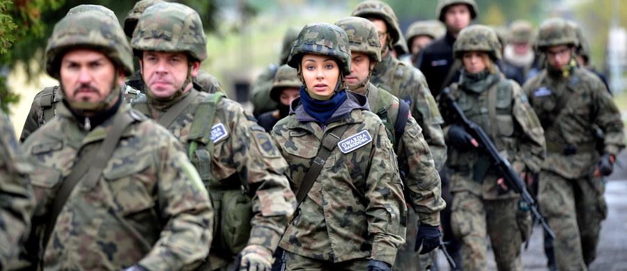 Na ulicach polskich miast w ciągu kilku miesięcy pojawią się żołnierze Obrony Terytorialnej. Do takich planów MON dotarł reporter RMF FM. Żołnierze formacji, która jest oczkiem w głowie Antoniego Macierewicza, mają uczyć się działania w terenie zurbanizowanym.