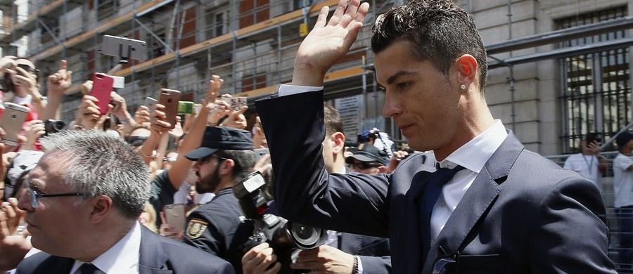 """Piłkarz Realu Madryt Cristiano Ronaldo oszukał hiszpański urząd podatkowy na osiem milionów euro - poinformowano w radiu """"Cadena SER"""". W serwisie internetowym rozgłośni zaznaczono, że Portugalczyk już wcześniej uregulował należność."""