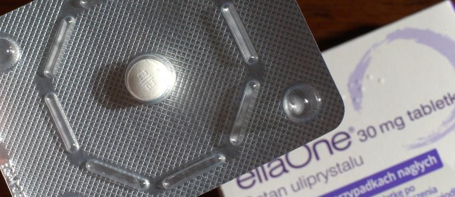 """Sejm uchwalił ustawę o świadczeniach opieki zdrowotnej, która wprowadza ułatwienia w dostępie do niestandardowej terapii w sytuacjach zagrożenia zdrowia i życia, a także przewiduje, że pigułka """"dzień po"""" będzie sprzedawana na receptę."""