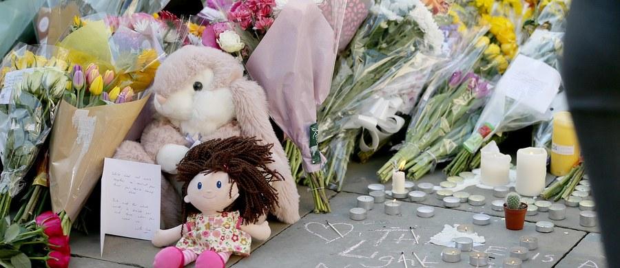 """""""W poniedziałek w bestialskim ataku terrorystycznym straciłyśmy najbliższe nam osoby – Mamę i Tatę. W tym bolesnym i tragicznym momencie prosimy media o uszanowanie naszej prywatności oraz zapewnienie nam przestrzeni do żałoby po rodzicach"""" - napisała Aleksandra Klis w oświadczeniu podpisanym przez nią i jej młodszą siostrę. Kobieta jest córką Polaków, którzy zginęli w poniedziałkowym zamachu terrorystycznym w Manchesterze."""