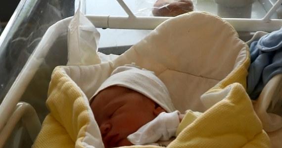 Dzień Matki świętuje w wyjątkowy sposób, bo punktualnie o godzinie 10:40 urodziła syna, którego imienia jeszcze nie zdradza. Pani Klaudia Kobylańska, pacjentka szpitala położniczo-ginekologicznego Ujastek w Krakowie, planuje teraz odpoczynek i nawiązanie zupełnie nowego kontaktu z dzieckiem.
