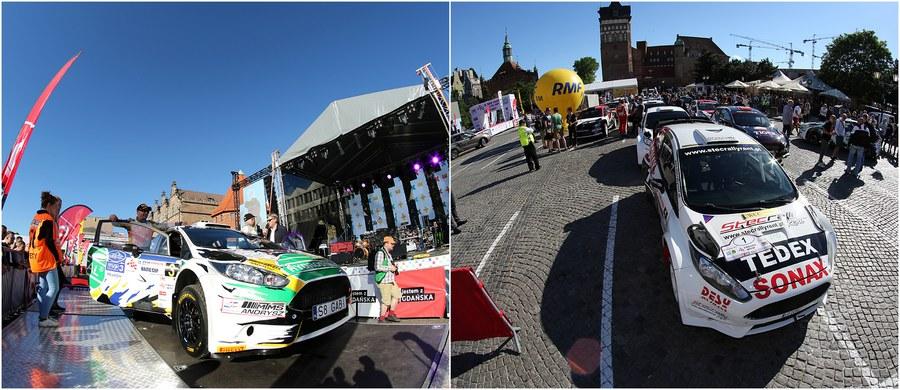 Wczesnym popołudniem wystartuje dzisiaj rywalizacja na trasach 14. Rajdu Gdańsk Baltic Cup! Impreza jest drugą rundą Inter Cars Rajdowych Mistrzostw Polski i być może okaże się najbardziej widowiskową: to jedyne w tegorocznym kalendarzu zawody szutrowe. Przed wyruszeniem na trasę kierowcy spotkali się z kibicami - podczas uroczystej ceremonii startu honorowego - a ci zgotowali im gorące przyjęcie! Zobaczcie film i zdjęcia z położonego w centrum Gdańska Targu Węglowego, gdzie oficjalnie zainaugurowano 14. Rajd Gdańsk Baltic Cup!