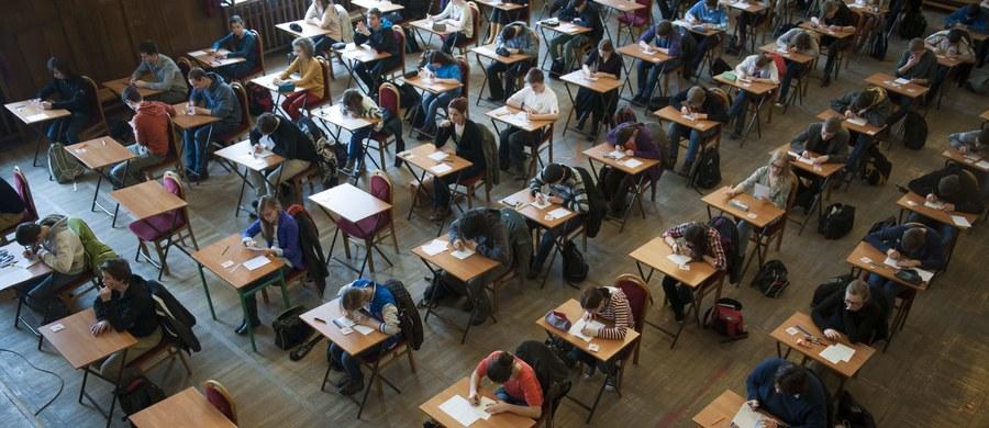 Cztery przedmioty w ciągu trzech dni - tak będzie wyglądał egzamin ósmoklasisty. Resort edukacji zaprezentował projekt rozporządzenia w tej sprawie. Po wrześniowym wejściu w życie reformy edukacji w ciągu dwóch lat pojawią się ośmioletnie szkoły podstawowe i czteroletnie licea.