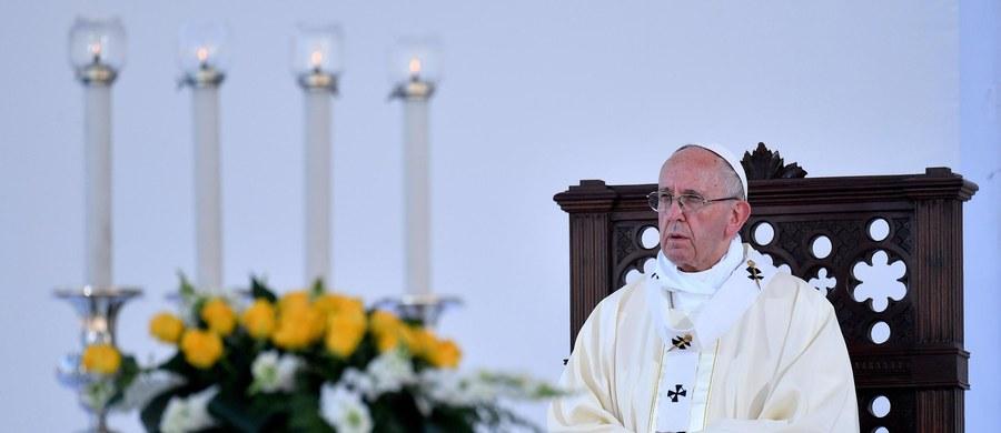 """Papież Franciszek powiedział podczas mszy w Genui, że chrześcijanin nie jest """"sprinterem"""", który """"pędzi jak szalony"""", by być przed wszystkimi. """"Jest pielgrzymem, misjonarzem, maratończykiem nadziei"""" - dodał w homilii."""