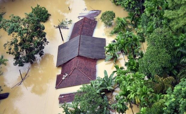 Do 146 wzrosła liczba ofiar śmiertelnych powodzi i osuwisk na Sri Lance w wyniku deszczy monsunowych, które w czwartek i piątek nawiedziły zachodnią i południową część wyspy - podały w niedzielę lankijskie władze. Ponad 100 tysięcy ludzi musiało opuścić swe domy. Dziś ratownicy wydobyli spod olbrzymich zwałów błota kolejne ciała. 112 osób pozostaje zaginionych.