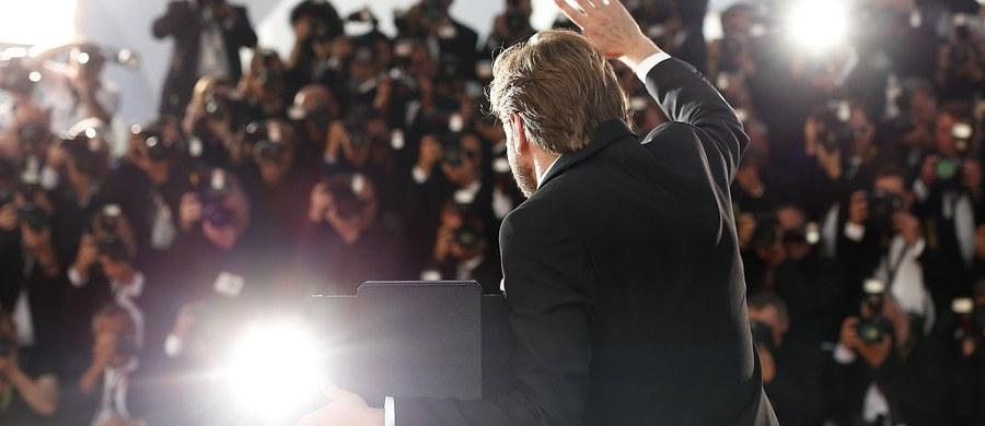 """""""Zaskoczenie na Festiwalu w Cannes"""", """"Mało znany szwedzki twórca rozgromił konkurencję"""" - tak francuska prasa komentuje nagrodzenie Złotą Palmą komediodramatu """"The Square"""" Szweda Rubena Östlunda. Kanneńscy recenzenci podkreślają, że film ten jest ciekawą krytyką współczesnego społeczeństwa, a szczególnie środowisk artystycznych."""