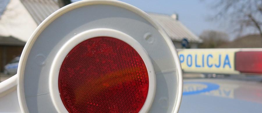 Do dwóch lat więzienia grozi 82-latkowi z Nowego Targu, który uciekał przed policją przez dwa powiaty z prędkością 160 km na godzinę. Funkcjonariusze musieli siłą wyciągnąć go zza kierownicy.