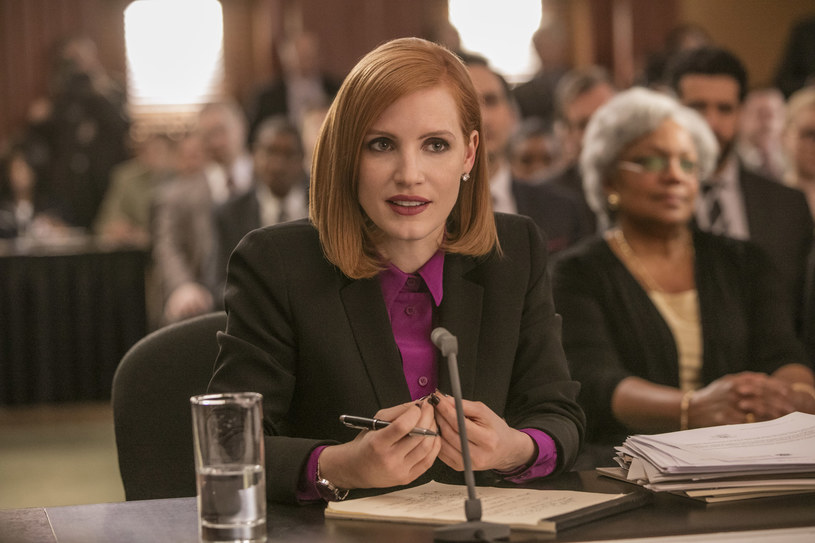 """Jessica Chastain w filmie """"Sama przeciw wszystkim"""" wciela się w postać lobbystki. """"To niezwykła kobieta, która dokonuje silnych wyborów aktorskich"""" - mówi Magdalena Lamparska, która zagrała z amerykańską aktorką w filmie """"Azyl""""."""