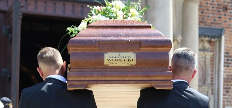 We wtorek 30 maja odbyły się uroczystości pogrzebowe Zbigniewa Wodeckiego. Artysta, który zmarł 22 maja w wieku 67 lat, spoczął w grobowcu rodzinnym na cmentarzu Rakowickim. Muzyka pożegnali bliscy, przyjaciele i tłumy miłośników.