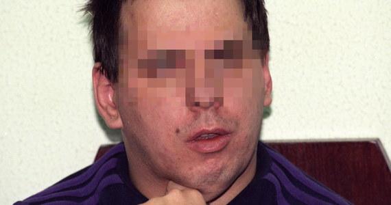 """Nekrofil, który za wszelką cenę zabiegał o relacje z kobietami, postać samotnika, osoba o niskiej samoocenie z upośledzeniem intelektualnym, która nie umiała przewidzieć, że atak może zakończyć się śmiercią… Tak Leszka Pękalskiego ocenia psycholog kryminalny z Uniwersytetu SWPS Bogdan Lach. """"Wampir z Bytowa"""" na wolność, po 25 latach spędzonych w więzieniu, wyjdzie w grudniu. Decyzję wymiaru sprawiedliwości mogą powstrzymać biegli, którzy od marca badają go w zamkniętym ośrodku w Gostyninie. Ich opinie poznamy we wtorek – 6 czerwca. Wtedy też dowiemy się, czy Pękalski resztę życia spędzi na wolności czy pod stałą opieką psychiatryczną. """"Osoba, która ma ograniczone zdolności intelektualne, która posiada także skłonność do nadużywania alkoholu, która posiada taki wysoki popęd seksualny, nie powinna wrócić do społeczeństwa. Ona powinna przebywać w ośrodku, bo dla mnie tego typu osoby są jak tykające bomby, które chodzą, które w nagłych sytuacjach mogą wybuchnąć w dogodnych warunkach"""" – powiedział w rozmowie z RMF FM Bogdan Lach. Z psychologiem kryminalnym rozmawiała Ada Pałka."""