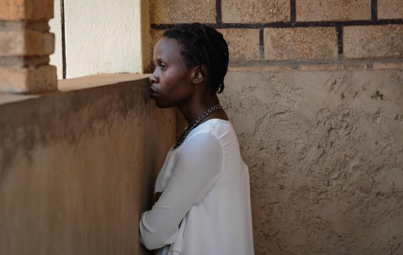 """Ptaki śpiewają w Kigali"""" w reżyserii Joanny Kos-Krauze i Krzysztofa Krauzego zostaną pokazane w Konkursie Głównym Międzynarodowego Festiwalu Filmowego w Karlowych Warach. To jedyny polski film, który powalczy o Złoty Globus - poinformowała Gildia Reżyserów Polskich."""