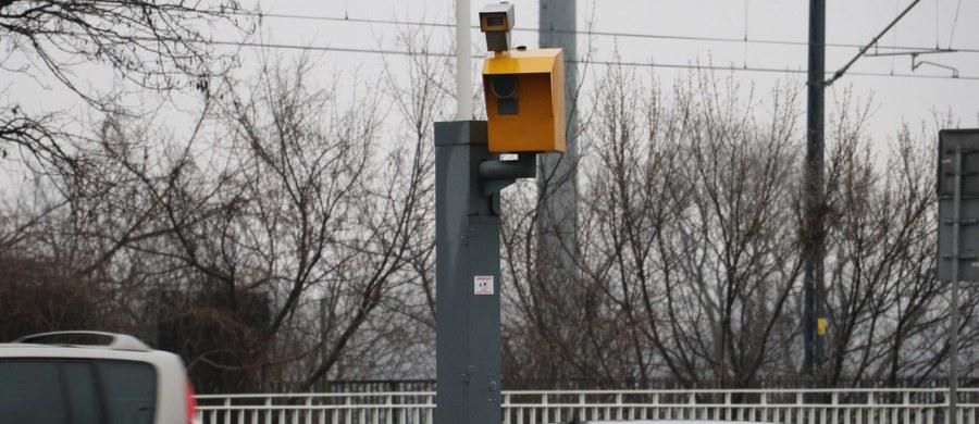 """Decyzja o odebraniu gminom urządzeń do kontroli prędkości odbiła się na bezpieczeństwie – wynika z ustaleń naukowców, o których informuje """"Rzeczpospolita"""". Badacze przyjrzeli się 43 miejscowościom, w których zafoliowano samorządowe fotoradary stacjonarne. Dokument przygotował Instytut Transportu Samochodowego dla Krajowej Rady Bezpieczeństwa Ruchu Drogowego, która działa w resorcie infrastruktury. Badacze przyjrzeli się 43 miejscowościom, w których zafoliowano samorządowe fotoradary stacjonarne."""