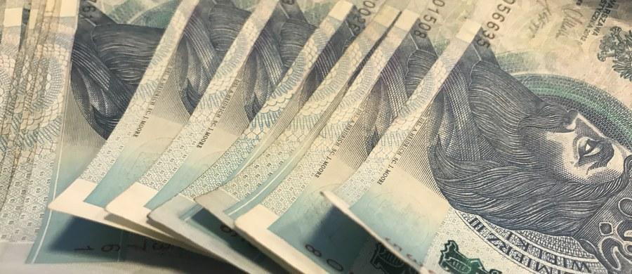 Mazowiecki Urząd Celno-Skarbowy wykrył karuzelę podatkową, w której uczestniczyło 170 podmiotów polskich i 55 zagranicznych - poinformowało Ministerstwo Finansów. Wartość wyłudzonego podatku VAT to ponad 108 mln zł.