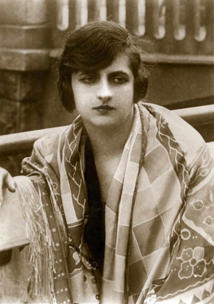 Całe życie marzyła o wielkich rolach w teatrze, ale karierę zrobiła, występując w filmach. Mimo że zgadzała się grać tylko w dwóch produkcjach rocznie. Jadwigę Smosarską pieszczotliwie zwano Jadzią, a tytułowano królową polskich ekranów.