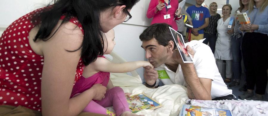Słynny, brazylijski siatkarz Giba odwiedził podopiecznych Przylądka Nadziei we Wrocławiu. Gilberto Amauri de Godoy Filho w dzieciństwie sam chorował na białaczkę. Teraz po zakończeniu kariery sportowej wspiera najmłodszych z nowotworami. Giba rozdał zdjęcia z autografami. Pacjentom przywiózł także prezenty.