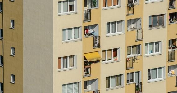 Tragedia w świętokrzyskim Jędrzejowie. 16-miesięczne dziecko wypadło z okna mieszkania na czwartym piętrze.