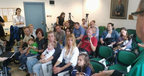 """Rodzice 19 dzieci chorych na padaczkę lekooporną protestowali w Szpitalu Dziecięcym w Prokocimiu-Krakowie przeciwko wstrzymaniu nowatorskiej terapii polegającej na leczeniu komórkami macierzystymi. Rodzice twierdzą, że metoda przynosi efekty. Niestety, według nich, badania zostały przerwane. Tymczasem szpital deklaruje pomoc, a Uniwersytet Jagielloński zapewnia, że """"projekt jest realizowany zgodnie z planem, nie jest wstrzymany, ani zakończony""""."""