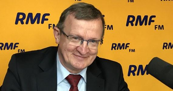 """""""Zostawmy ten Sąd Najwyższy, tych polityków PiS-u, Platformy. Co mówi rozum? Zastanówmy się nad tym. Prezydent ma prawo ułaskawić każdego (…), jego władza jest ogromna. Jeżeli taką ma władzę, możliwości i prerogatywy - to tym bardziej może 'wyciągnąć' kogoś na etapie nawet dochodzenia, oskarżonego, podejrzanego"""" - mówił w Porannej rozmowie w RMF FM Tadeusz Cymański, komentując uchwałę Sądu Najwyższego ws. ułaskawienia przez prezydenta Andrzeja Dudę m.in. byłego szefa CBA Mariusza Kamińskiego. """"Jeżeli ktoś jest w trakcie postępowania sądowego, to dlaczego prezydent - który może ułaskawić skazanego - nie może przerwać postępowania wobec podejrzanego? Ja jestem szachistą, odwołuję się do prostej logiki"""" - stwierdził."""