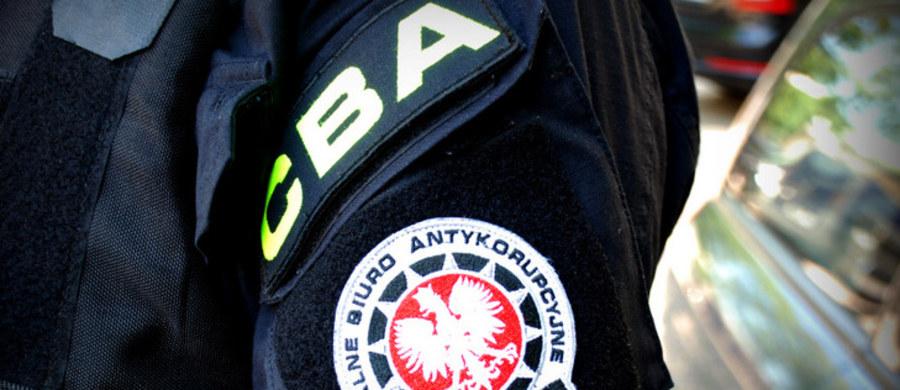 Centralne Biuro Antykorupcyjne rozpoczęło kontrolę w Wyższej Szkole Policji w Szczytnie - dowiedziała się PAP. Funkcjonariusze CBA sprawdzają w szkole przebudowę strzelnicy o wartości ponad 4,2 mln zł.