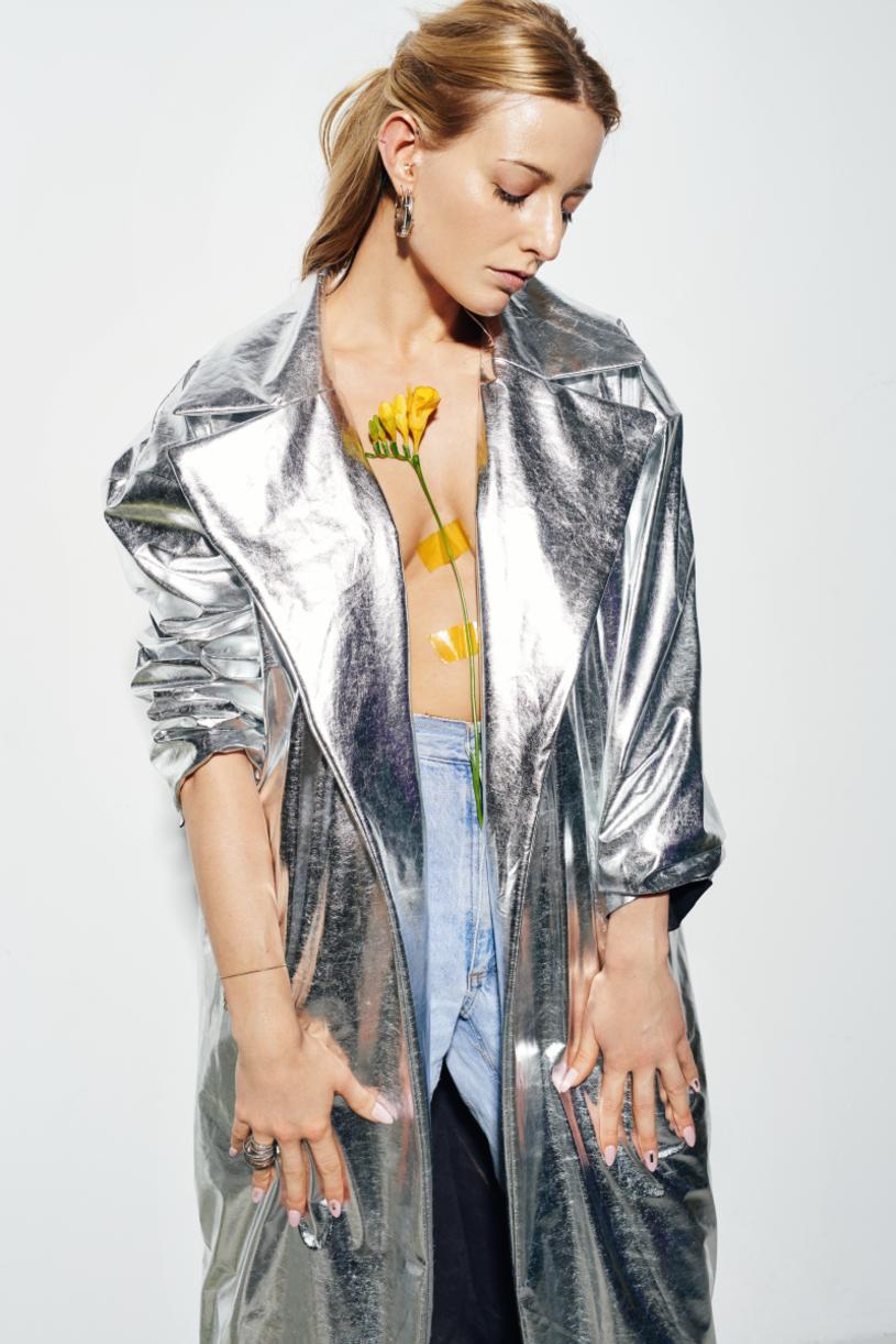 """""""I Am Fine"""", czyli trzeci studyjny album KARI ukaże się 9 czerwca. Zapowiada go utwór """"Talk To Me"""" z klipem zrealizowanym przez Adama Romanowskiego."""