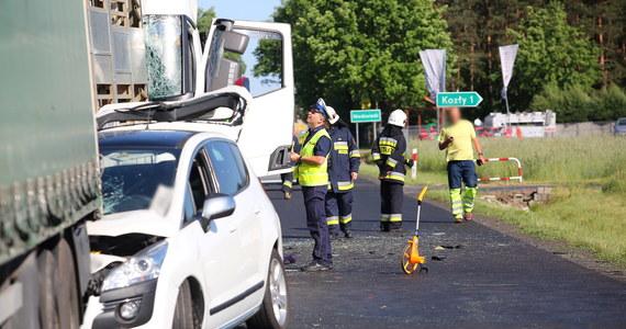 Trzy samochody ciężarowe i jeden osobowy zderzyły się na drodze krajowej nr 11 na trasie Poznań - Katowice w miejscowości Niedźwiedź (powiat ostrzeszowski). Dwie osoby trafiły do szpitala.