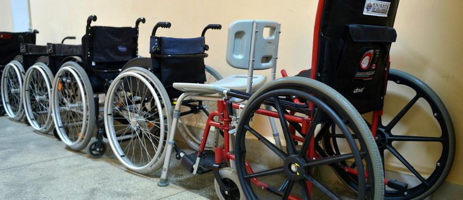 """Po blisko roku prac projekt ustawy regulującej zasady refundacji takich produktów jak wózki inwalidzkie czy pieluchomajtki wciąż wymaga poprawek - informuje """"Puls Biznesu""""."""