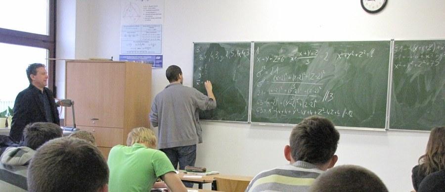 134 nauczycieli z ponad 10 tys. zatrudnionych w szkołach samorządowych w Krakowie otrzyma wypowiedzenia - takie są szacunkowe dane na koniec maja zebrane od dyrektorów placówek w związku z reformą oświaty.